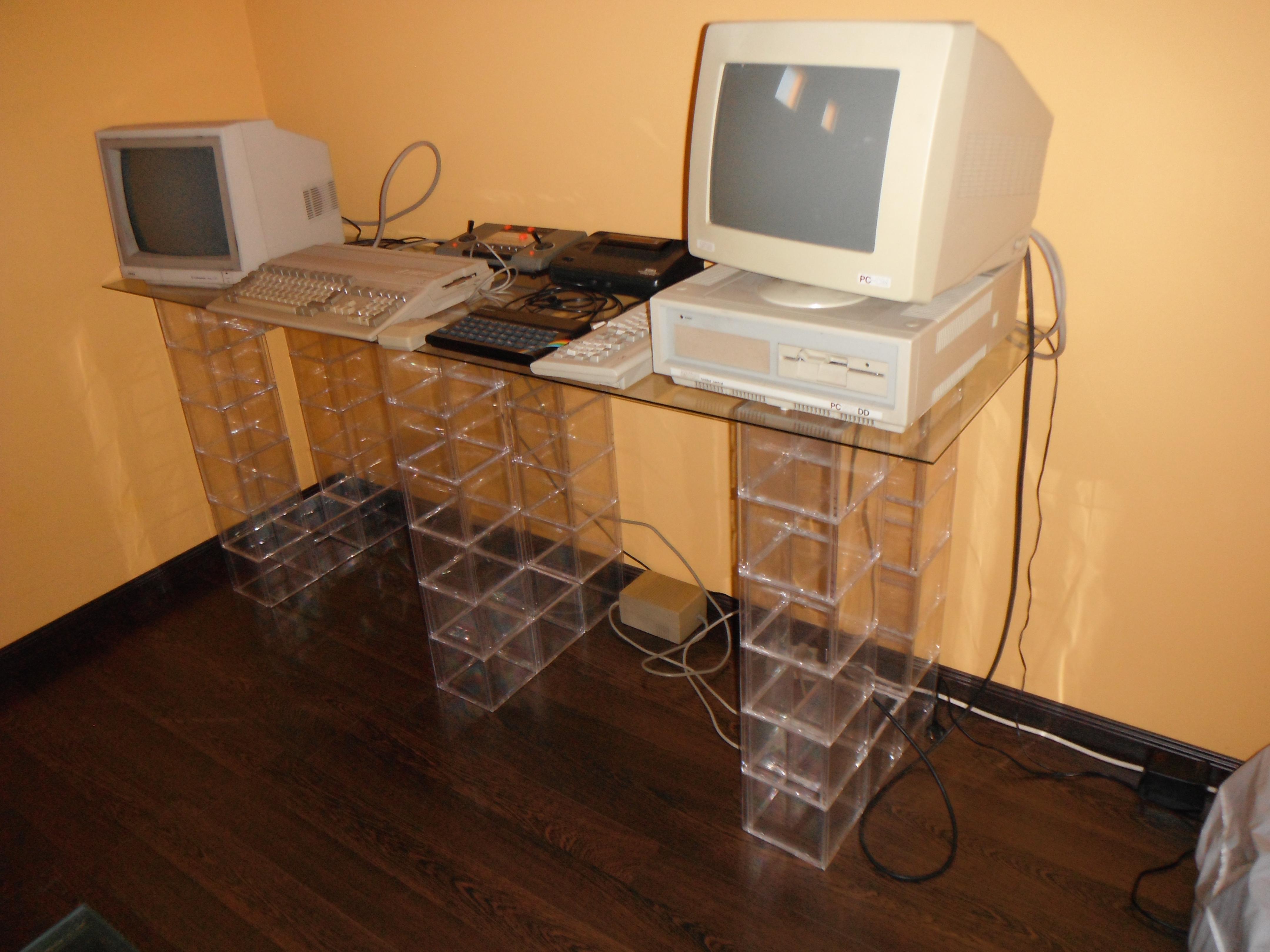 Mesa con cajas de CD